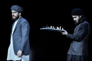 Pascal Fligg (Saladin) und Sohel Altan G. (Melek) in Stückls NATHAN (Foto: www.polpix.sueddeutsche.de)