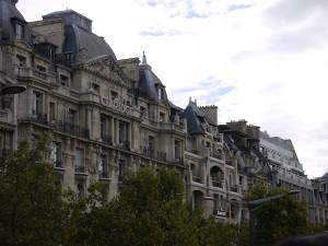 """Das echte Hotel Claridge in Paris ist wohl das Vorbild für das """"Majestic"""" im Roman. Sagt mein Freund Wikipedia, wo es einen klasse Artikel zu diesem Krimi gibt (Bild von www.de.wikipedia.org)"""