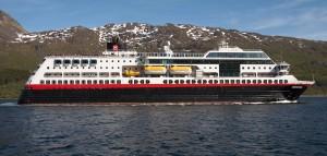 Die Mitternachtssonne scheint in MORDKAP noch nicht, statt dessen kämpft sich der Stolz der Flotte durch raue See: Die Midnatsol, Schauplatz von MORDKAP (Bild von www.de.wikipedia.org)