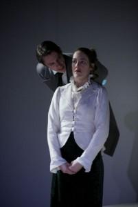 Krogstad (Christian Streit) spielt Nora übel mit (Bild von www.theater.ulm.de)
