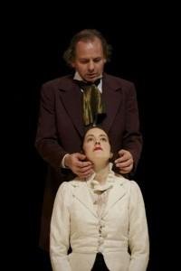 Ein Flirt mit der Pädophilie: Das Vater-Tochter-Ehe-Verhältnis zwischen Nora (Renate Steinle) und Thorvald (Gunther Nickles) (Bild www.theater.ulm.de)