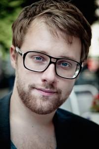 Ein ebenso emsiger Textschnitzer wie sein gefiederter Freund: Lars Ruppel (Bild Hendrik Schneller von www.larsruppel.de)
