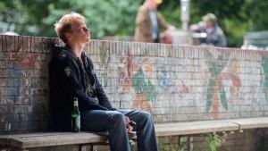 Er will einfach nur weg - und kann nicht: Timo (Bruno Alexander) hat auf zwanzig Bewerbungen drei Absagen bekommen. (Bild von www.daserste.de)
