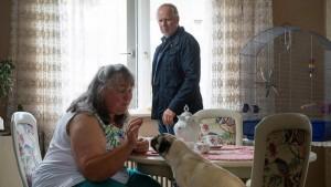 Top besetzt bis in die Nebenrollen: Marion Breckwoldt spielt eine Nachbarin, die sich mehr für das Wohl der Hunde als das der Kinder interessiert. (Bild von www.daserste.de)