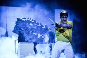 Da röchelt er noch (der Drache): Siegfried (Jakob Geßner) auf dem Weg in die Drachenwurstküche (Foto Arno Declair, Volkstheater München)