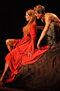 Traumpaar 1: Der selbstverliebte Siggi und die mannstolle Kriemhild (Magdalena Wiedenhofer) (Foto von Arno Declair, Volkstheater)