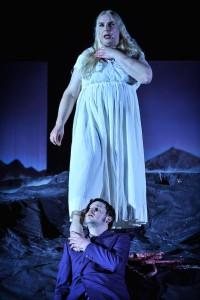 Traumpaar 2: Die Walkürenkönigin Brunhild schaut auf Gunther runter (Foto von Arno Declair, Volkstheater)