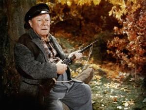 Ein stattlicher Mann mit dem Hosenbund am Brustbein: Kapitän Wiles (Edmund Gwenn, Bild von http://the.hitchcock.zone)