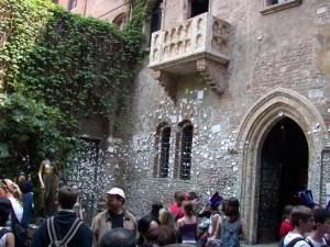 """Haben Sie auch schon mal unter diesem echt unscheinbaren Balkon gestanden, und sich gefragt, wo der """"Obstgarten"""" der Capulets abgeblieben ist? Oh, die Pilgerstätten des Massentourismus. (Bild von www.wollhei.de)"""
