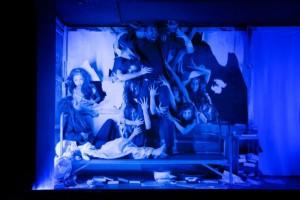 Tödliche Umklammerung: Die Bakchen (Balletcompagnie des Theaters Ulm) haben von Pentheus Besitz ergriffen (Bild von www.theater.ulm.de)