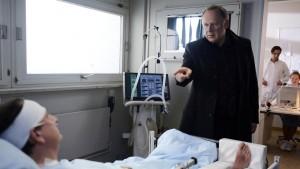 Mit nacktem Finger: Borowski (Axel Milberg, re), beschuldigt Schladitz (Thomas Kugel), ihm etwas zu verheimlichen (Bild von www.daserste.de, Fotografin: Marion von der Mehren)