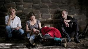So sieht es aus, wenn die Kommissare (Margarita Broich und Wolfram Koch, links und rechts), mit der Täterin Miranda (2. v. re. und sehr gut: Emily Cox) ins Geständnis abtauchen (Bild von www.daserste.de)