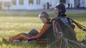 Extremerfahrungen machen glücklich - sowohl Kommissarin Dalay (Aylin Tezel), die mit Sprunglehrer Lanke (Albrecht Schuch) Tandem gesprungen ist, als auch den Tatortzuschauer. (Bild von www.daserste.de)
