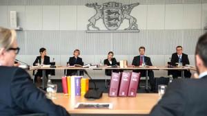 Die Wahlkampfbühne: Ein Untersuchungsausschuss, wie es viele gibt in der Republik. Die grüne Politikerin Keller (Katja Bürkle) versucht sich für die Landtagswahl zu positionieren (Bild von www.daserste.de)