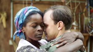 Eigentlich mies, das gerade dieses hoffnungsvolle Beispiel einer geglückten Ehe zwischen Knacki und afrikanischer Frau den Mord verursachen sollte. Aber so sind sie, die Drehbuchautoren. (Joana Adu-Gyamfi als Adjoa und Konstantin Lindhorst als Frank. Bild von www.daserste.de)