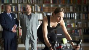 Da fährt sie so viel Rad und tritt doch auf der Stelle. Arme reiche Anwältin.  Ja, okay, dieses Hobby lädt zu vielen Kalauern ein. Aber trifft trotzdem gut. (V.l.n.r. Klaus J. Behrendt, Dietmar Bär und Jeanette Hain. Bild von www.daserste.de)
