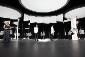 Vielleicht auch symptomatisch, wie steril es auf dieser Bühne zugeht (Bild von www.residenztheater.de)