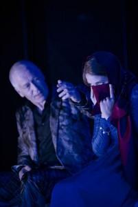 Kein Grund, den Schleier vor die Augen zu halten - anschauen kann man sichs ja mal. (Jörg-Heinrich Benthien und Sidonie von Krosigk. Bild von www.theater.ulm.de)