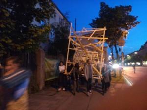 Und so sah das Objekt bei der Premiere aus, von Zuschauern an der Schwere-Reiter-Straße entlang getragen.