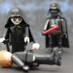 Luke am Boden, der Imperator macht sich über ihn her